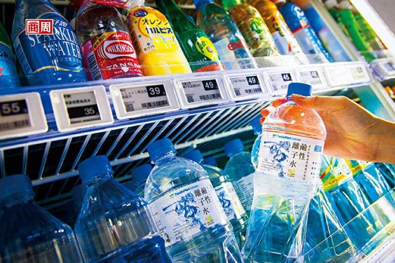 全家自有品牌瓶裝水年銷破千萬瓶,是所有瓶裝水品項中業績第一。(攝影/郭涵羚)