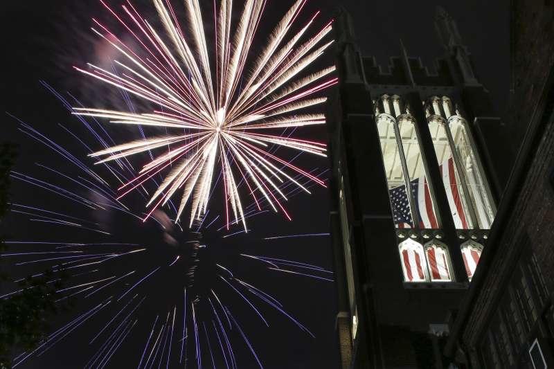 美國將在4日慶祝國慶,紐澤西州恩格爾伍德一處2日先放煙火慶祝(美聯社)