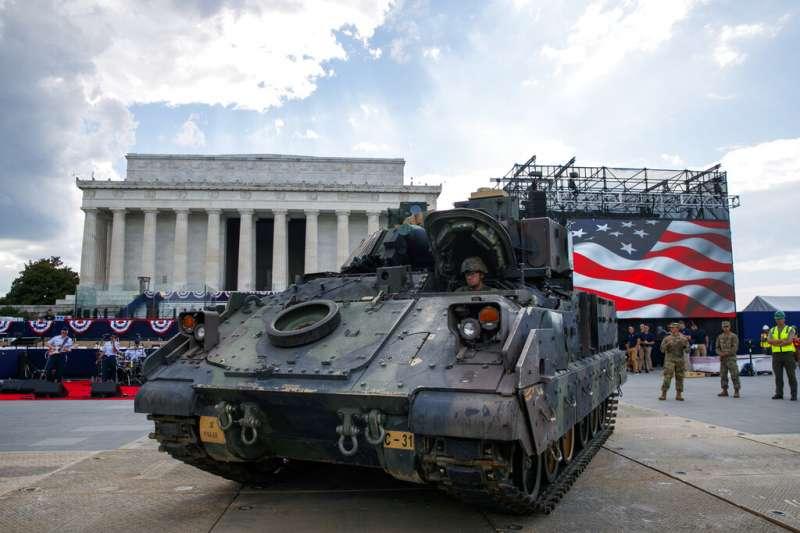 美國國慶前夕,將進行閱兵的戰車執行彩排。(AP)