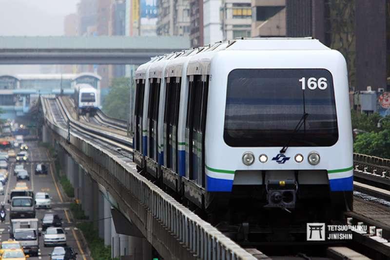 捷運站點與站點間平均距離,常非長者腳力可及。圖為台北捷運文湖線列車。(資料照,陳威臣攝,想想論壇提供)