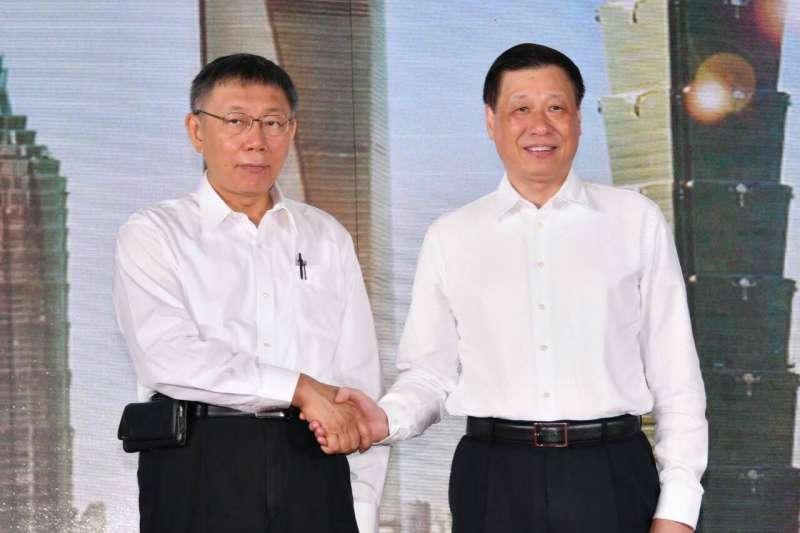 台北市長柯文哲(左)4日出席上海雙城論壇,與上海市長應勇(右)握手合影。(台北市政府提供)
