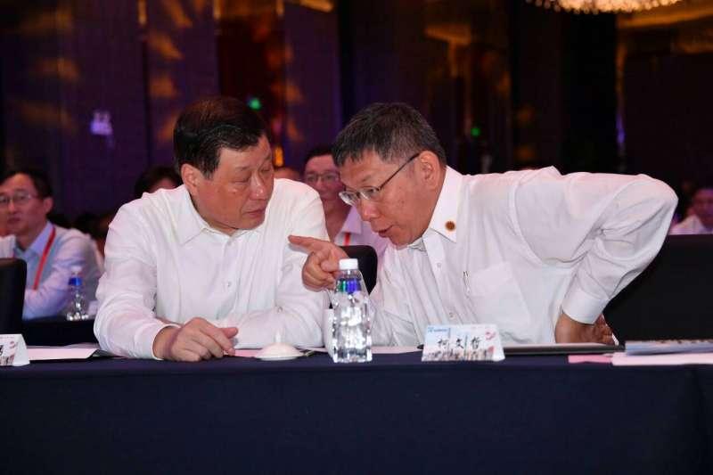 20190704-台北市長柯文哲(右)4日出席上海雙城論壇,與上海市長應勇(左)在台下交談。(台北市政府提供)