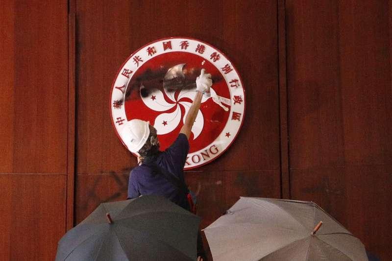 2019年7月1日,「港版太陽花」,香港反送中示威者攻入立法會(AP)