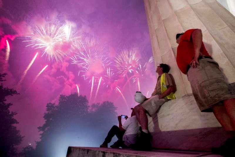 川普政府今年盛大舉行「向美國致敬」國慶活動,天黑後林肯紀念堂上空也燃放起美麗的煙火。(美聯社)
