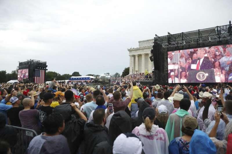 川普政府今年盛大舉行「向美國致敬」國慶活動,白宮前也擠滿了熱情參與的美國民眾。(美聯社)
