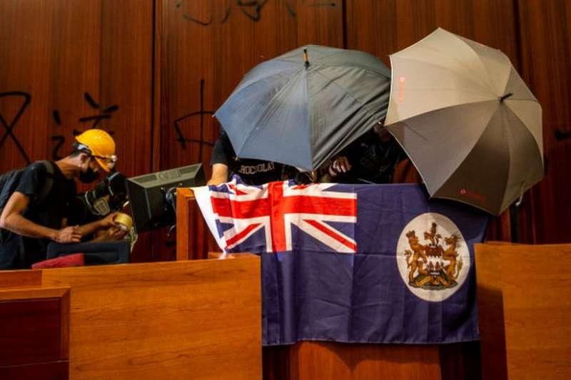 立法會大樓的殖民旗幟,成為國際媒體的焦點。(BBC中文網)