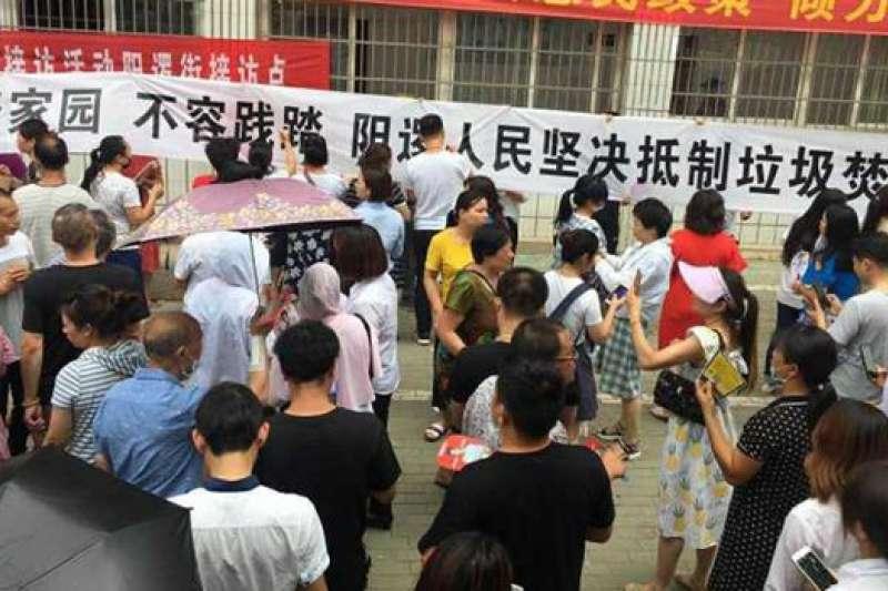 武漢人民上街遊行,抵制垃圾焚燒發電廠的興建。
