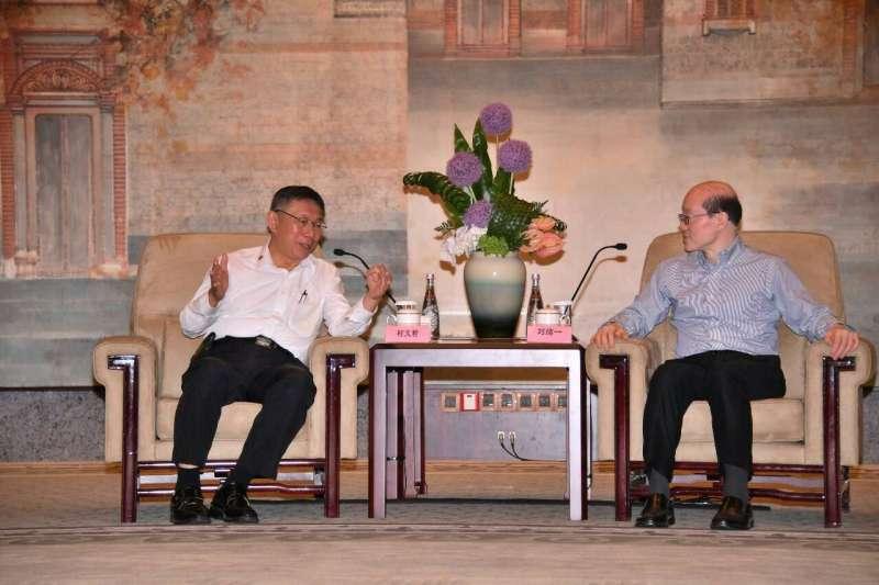 柯劉會今日登場,中國國台辦主任劉結一(右)持續高唱兩岸都是中國人論調,並希望兩岸關係能向前發展,台北市長柯文哲(左)則稱會學習中國優點。(台北市政府提供)