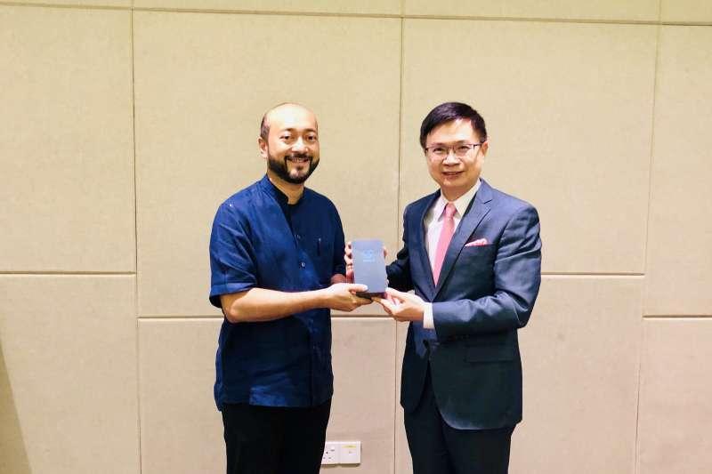 經部貿易局及貿協今(5)日在馬來西亞檳城舉辦台灣形象展,檳州首席部長曹觀友、及吉打州州務大臣慕克里‧馬哈迪(左,Mukhriz bin Mahathir)都和貿協董事長黃志芳(右)會面。(貿協提供)