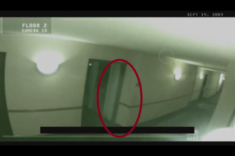 這部影片有個離奇的地方,那就是在約翰進入房間後,竟然有一個白色身影從房裡飄出…(圖片擷取自Youtube)