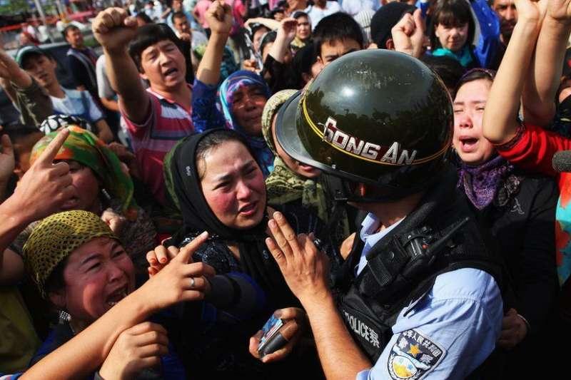 七五過後,許多維吾爾族青年遭到逮捕。7月7日,他們的家人上街表達抗議。(BBC中文網)