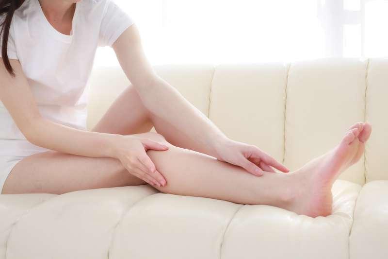 小腿肚是雙腿最容易水腫的部位,用五百毫升的保特瓶來回滾動、刺激小腿肚的淋巴腺可以有效地消除水腫和酸脹的情形。(圖/すしぱく@pakutaso)