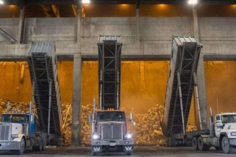 美國的大貨車在焚燒爐外卸垃圾。美國垃圾送不到海外,只好就地焚燒。(BBC中文網)
