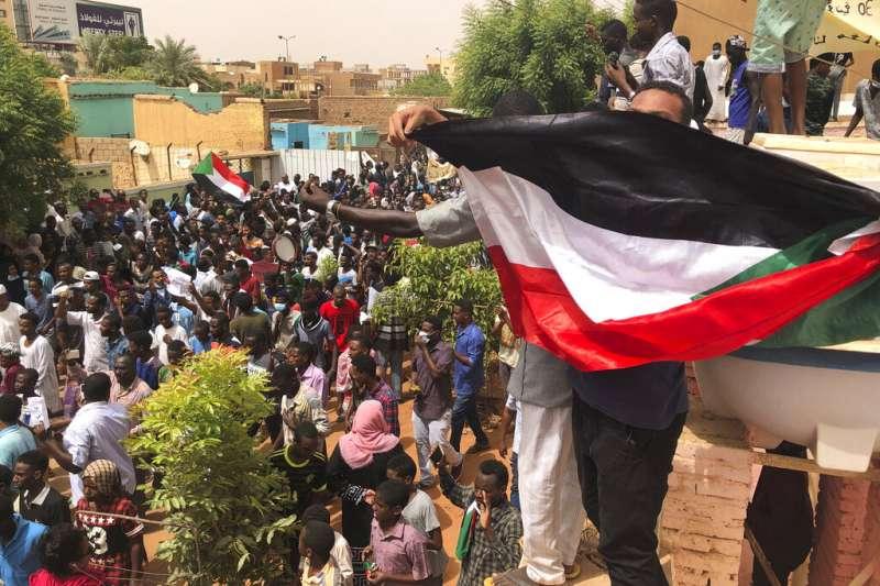 蘇丹民眾示威,要求軍方還政於民(AP)