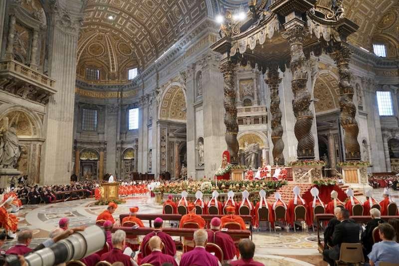 聖伯多祿教堂裡教宗親自舉行的隆重感恩祭彌撒和披帶祝聖 (曾廣儀攝)