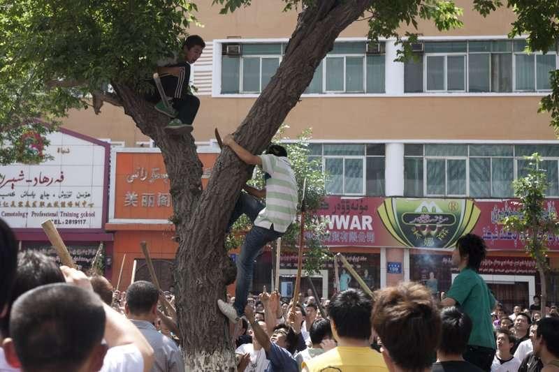 七五事件中,不甘同胞被殺的漢人隨後也對維吾爾人展開報復。(AP)