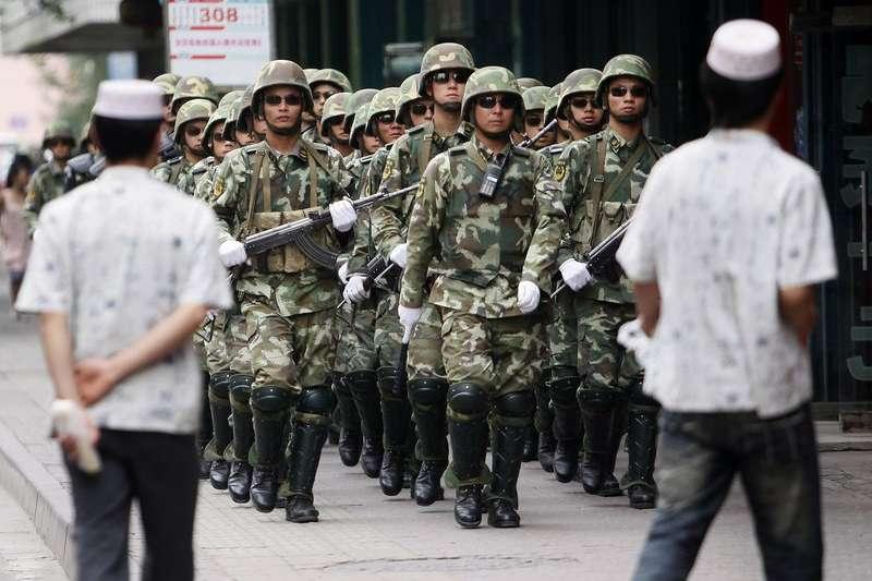 中共曾指控七五事件是海外疆獨組織策劃的騷亂,但學者分析新疆經濟發展帶來的不平等問題才是首因。(AP)