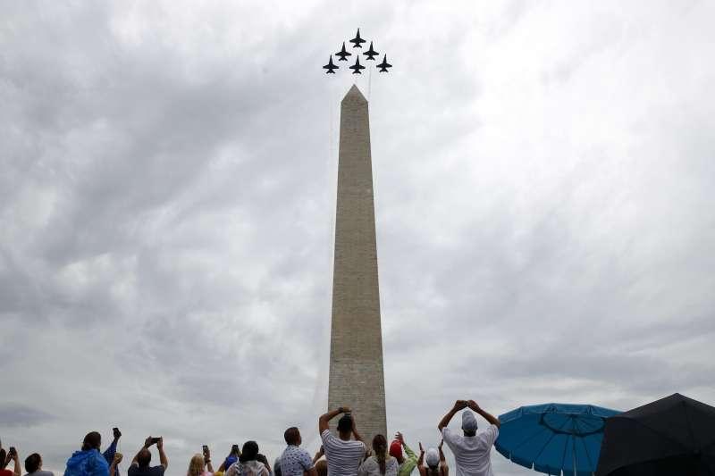 2019年7月4日,美國國慶閱兵,海軍「藍天使特技飛行隊」進行低空編隊飛行(AP)