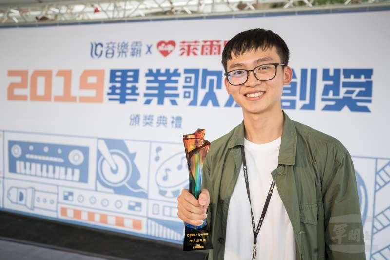 軍聞社新聞官呂尚俞中尉參加2019畢業歌原創獎(Original Graduation Song Award),榮獲「潛力無限獎」殊榮。(取自軍聞社)