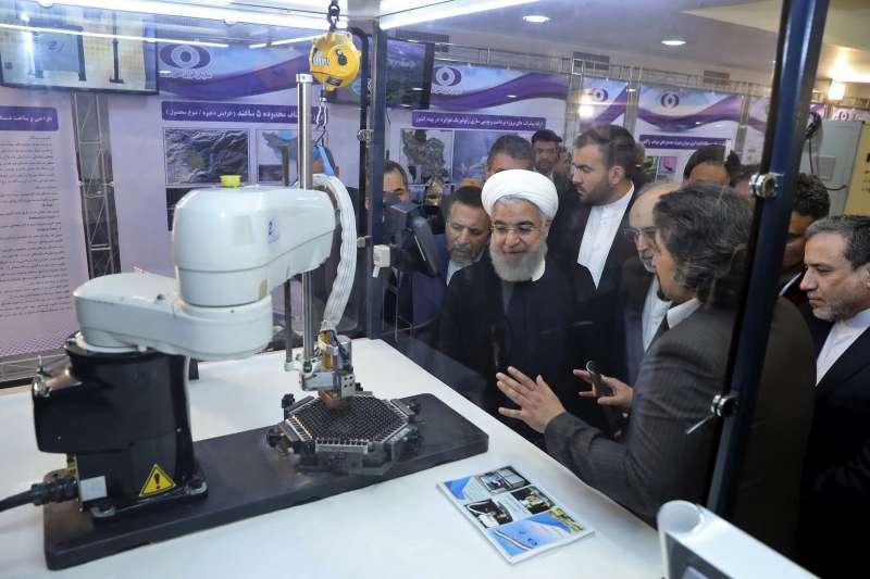 2018年4月,伊朗總統魯哈尼(Hassan Rouhani)巡視該國核子設施(AP)