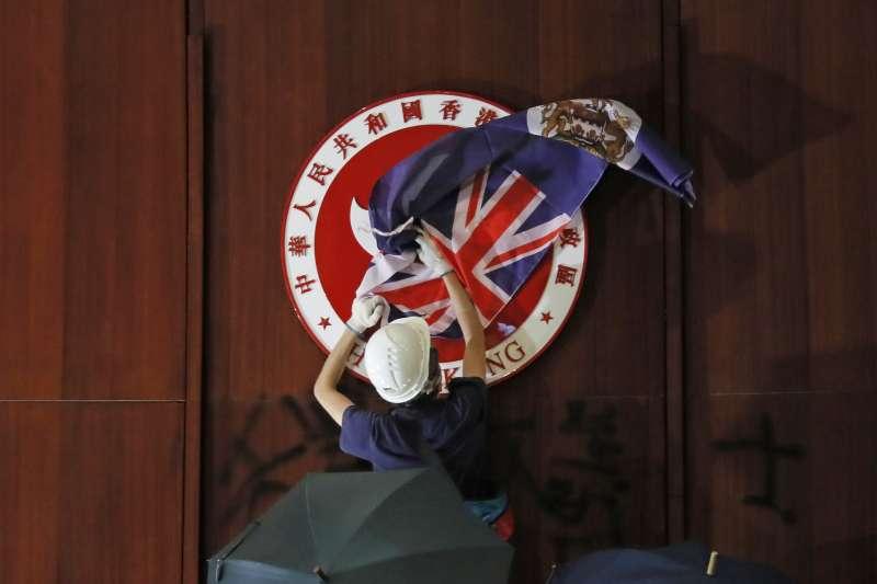 反送中示威群眾用港英旗遮蓋香港立法會內的區徽(AP)