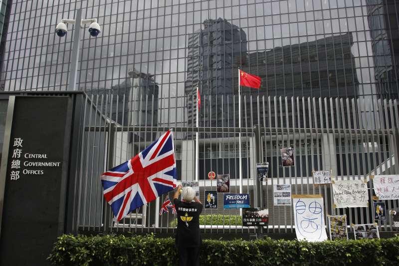 反送中示威群眾在香港政府總部外揮舞英國國旗抗議(AP)