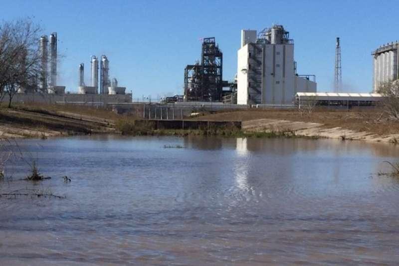 台塑德州廠遭指控排放塑膠顆粒污染環境,恐面臨天價罰款(Diane Wilson / San Antonio Estuarine Waterkeeper)