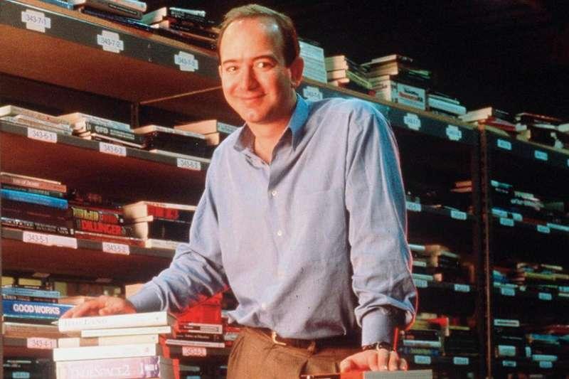 1997年,貝佐斯創辦的亞馬遜成為上市公司。(BBC)