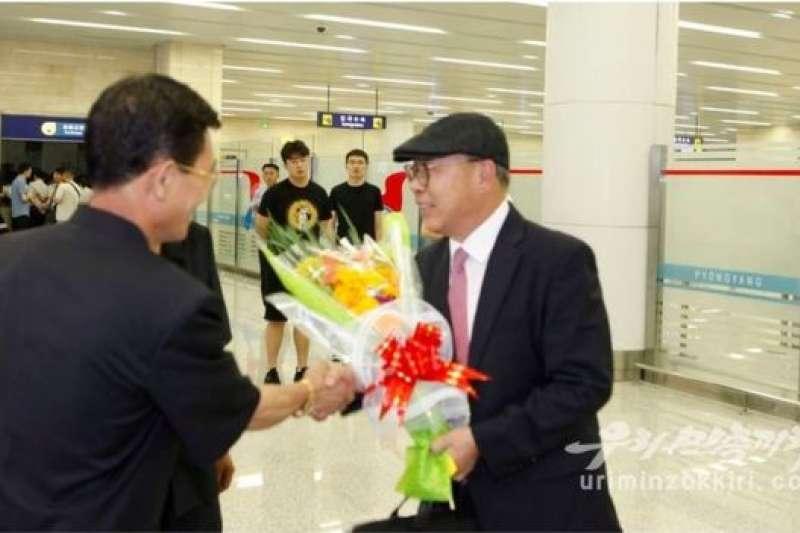 崔仁國抵達平壤機場,受到北韓官員熱烈歡迎。(BBC中文網)