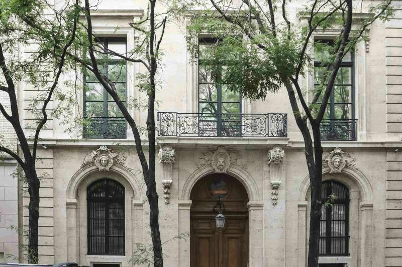 美國億萬富翁艾普斯坦被控性剝削未成年少女,他位於紐約曼哈頓(Manhattan)的豪宅被搜出一大堆猥褻裸照。(AP)