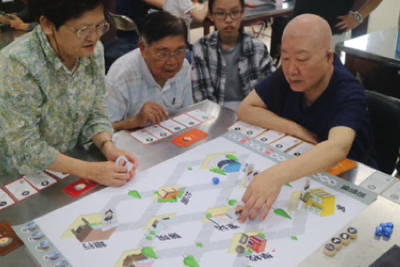 透過桌遊的互動,不僅可讓長者學習防詐知識,還可提升認知能力,促進正向老化並強化代間溝通。/圖片來源:國泰金控