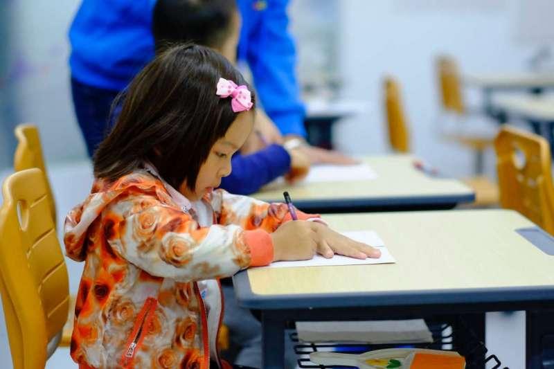 研究指出,自律比智商更能預測孩子未來學業表現(圖/Unsplash)