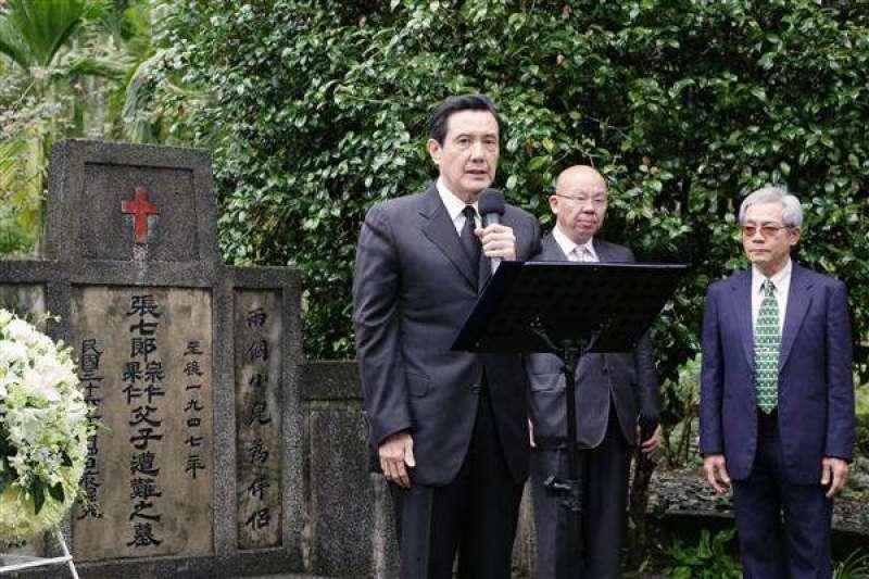 馬英九總統第三度至張七郎醫師的墓園憑弔。(取自總統府)