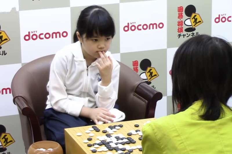 10歲的棋士奪下首勝,創下最年輕的紀錄。(圖/取自youtube)