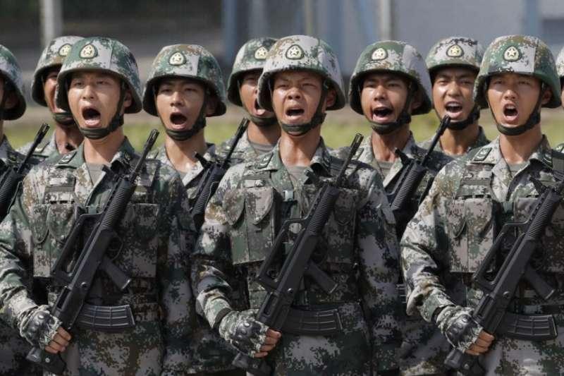 中國人民解放軍駐香港部隊士兵呼喊口號接受中國國家主席習近平在香港石崗營地的檢閱。(美聯社資料照)