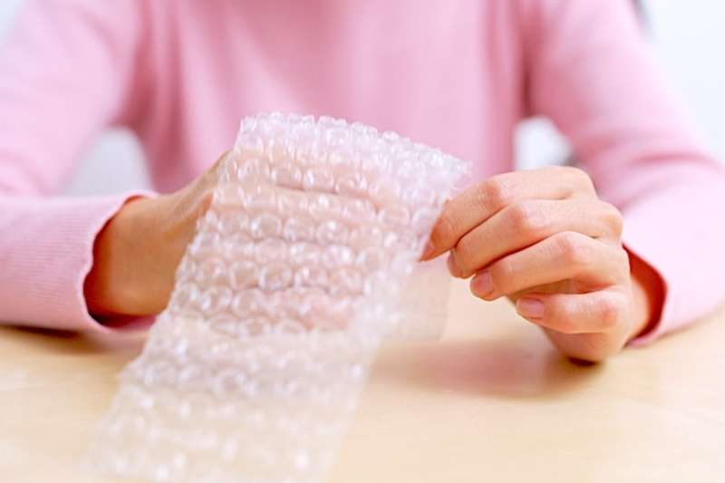 現代人生活壓力大,泡泡紙是唾手可得的紓壓小物(圖/Hello醫師)