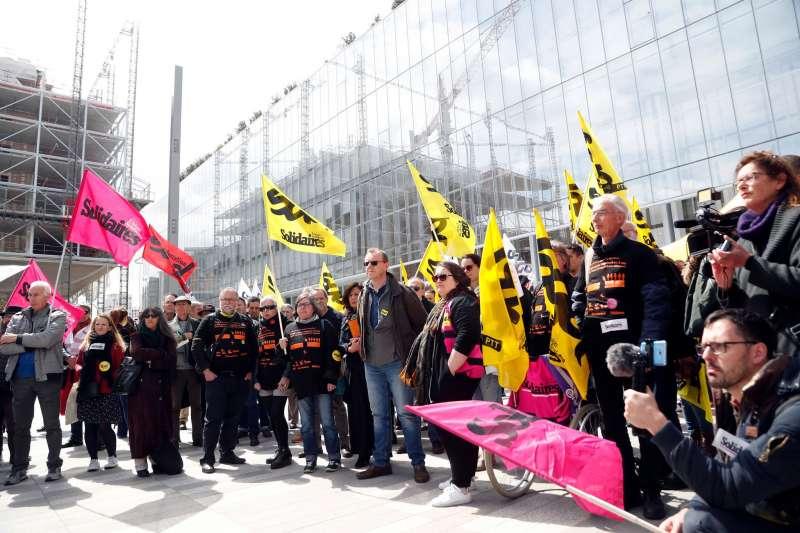 2008至2009年間,法國電信醞釀改制、裁掉逾2萬名雇員,造成多達35名員工自殺的慘劇,圖為抗議法國電信對員工「精神騷擾」的工會示威者。(AP)