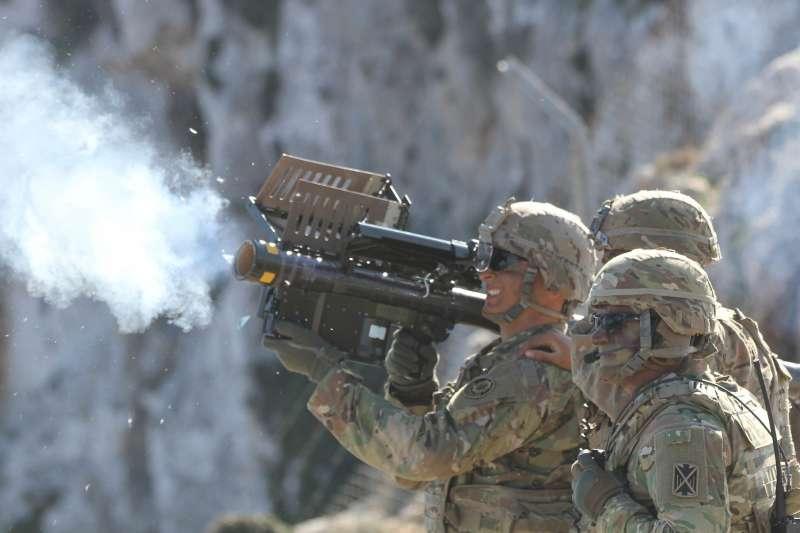 美國國務院8日宣布批准兩項對台軍售,其中包含人攜式刺針飛彈,其具備機動、單兵可操作的特點,更能提高戰場存活率。(取自The U.S. Army@flickr)