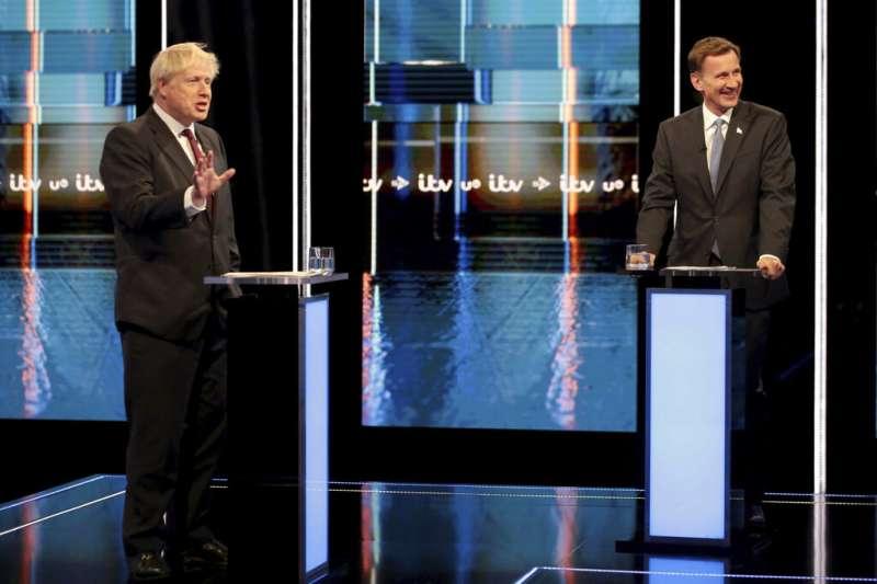 英國有「迷你川普」之稱的前外相強森,及「中國女婿」現任外相杭特9日出席電視辯論會。(AP)