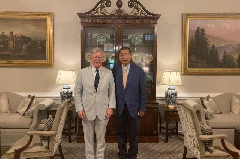 香港壹傳媒創辦人黎智英在華府拜會白宮國家安全顧問波頓。(翻攝推特)