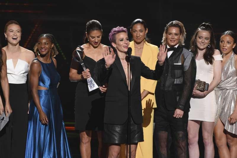 美國女足上台領取最佳團隊獎,中為隊長拉皮諾。(美聯社)