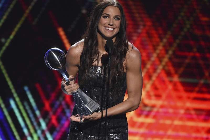 摩根(Alex Morgan)榮獲最佳女性運動員。(美聯社)