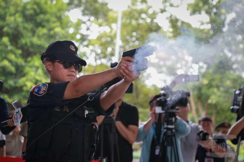 憲兵202指揮部日前替所屬部隊換發電擊槍,現在包括總統府、總統官邸、國防部等單位都可以看到衛兵配電擊槍服勤身影。(取自軍聞社)