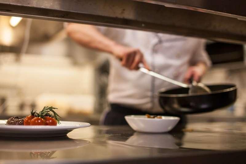 餐旅科系每年2萬名應屆畢業生,竟有7成多畢業後未實際投入餐旅產業。示意圖。(取自olafBroeker@pixabay/CC0)