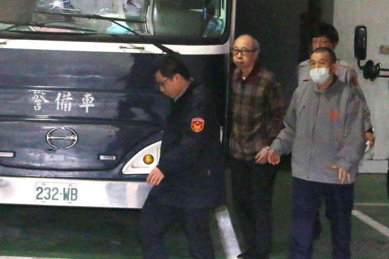 鼎興牙材負責人何宗英(左二)曾在偵訊筆錄中自承如何利用裙帶關係進行詐貸。(新新聞資料照)