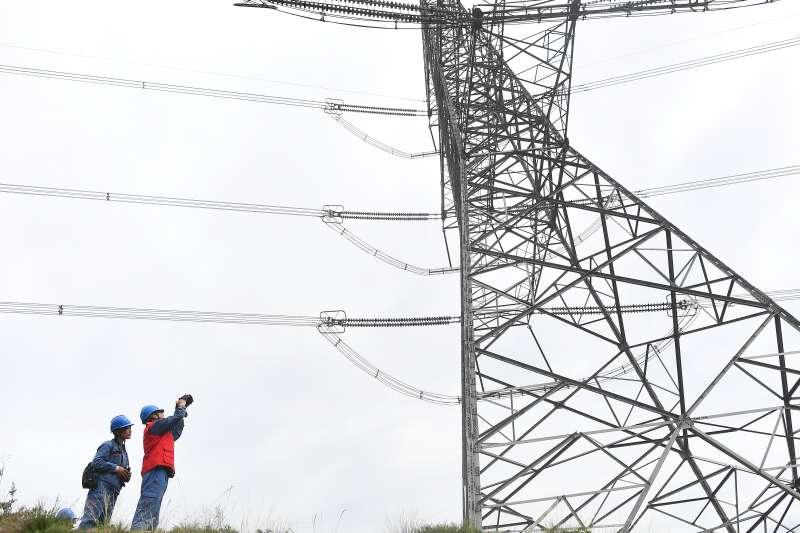 在青海省海東市平安區小峽鎮,國家電網青海檢修公司西寧運維分部輸電運維人員在巡線作業中(新華社)