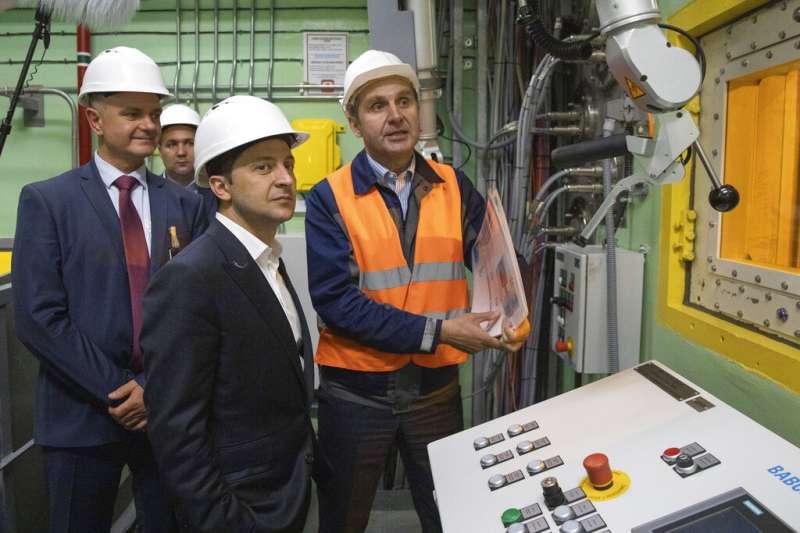 烏克蘭新任總統哲連斯基(Volodymyr Zelenskiy),10日前往了車諾比核災事故現場,以總統命令正式頒布了「車諾比隔離區拚觀光計畫」。 (美聯社)