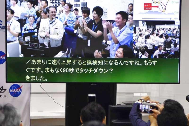 日本宇宙探測器「隼鳥2號」完成小行星「龍宮」的第二次著陸,日本宇宙航空研究開發機構的工作人員拍手相慶。(美聯社)