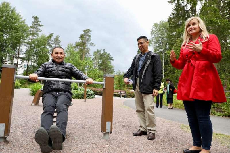 新北市長侯友宜率團隊至北歐四國考察,11日抵達芬蘭參訪首都赫爾辛基Näyttelijäntie高齡公園,實地了解當地共融式遊具設計。(圖/新北市新聞局提供)