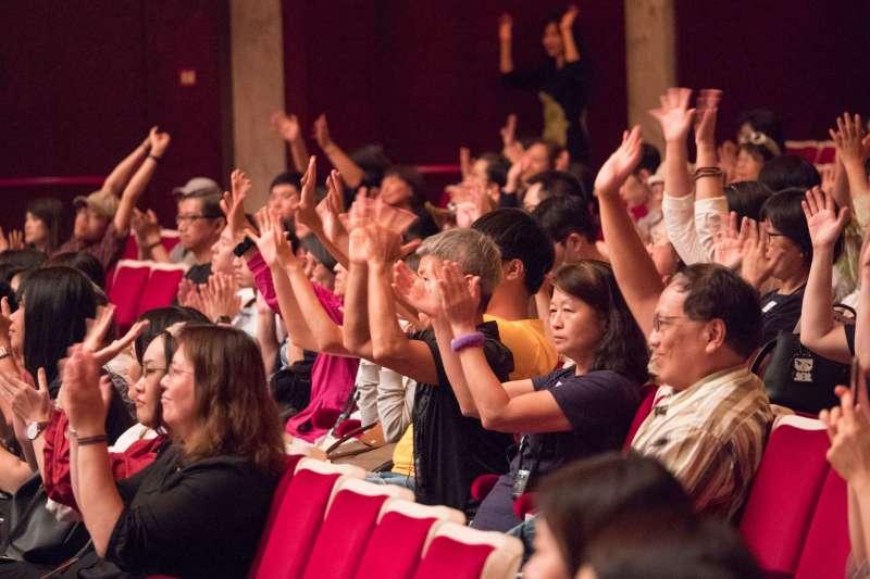 國家兩廳院11日舉辦首次「輕鬆自在場」,讓不同需求的觀眾都能共同欣賞表演。圖為表演結束後,現場觀眾以揮手取代掌聲。(兩廳院提供)